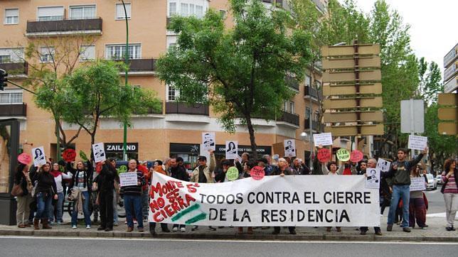 Protesta contra el «cierre» de la residencia de Montequinto en la sede del PSOE de Sevilla
