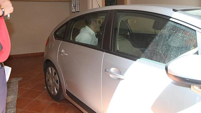 Domingo Enrique Castaño, a la entrada de su garaje