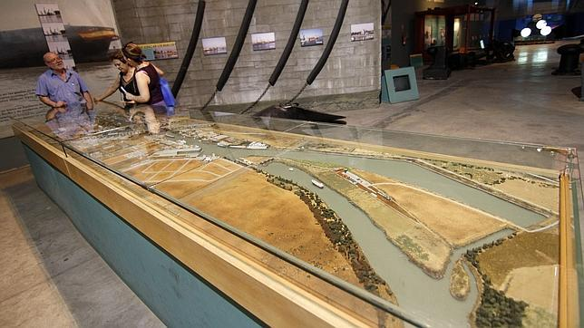 Una gran maqueta muestra la zona donde luego se construyó la nueva esclusa