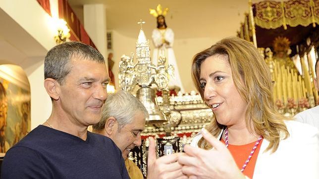 Susana Díaz, con la Esperanza, Juan Manuel Moreno, de nazareno en «Las Fusionadas»