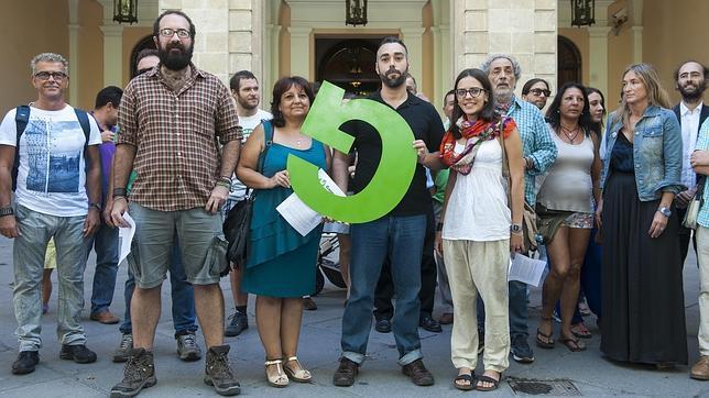 Los portavoces de «Ganemos Sevilla», el exdefensor del Pueblo andaluz José Chamizo y okupas de la Corrala, en la presentación del movimiento