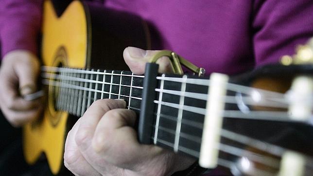 La guitarra española es protagonista cuando tiene que acompañar al cante o al baile