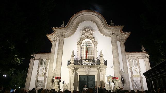 Fachada principal iluminada del Pabellón de Portugal