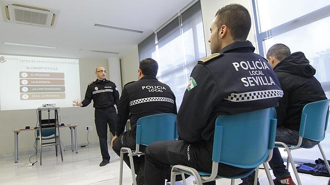 Policías locales reciben clases durante el curso