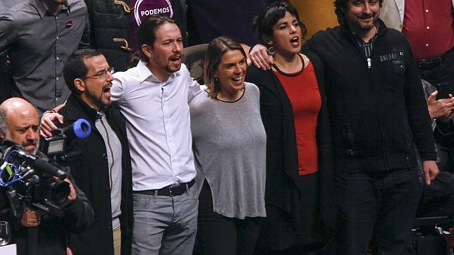 La secretaria general de Podemos Sevilla, Begoña Gutiérrez, –en la imagen entre Pablo Iglesias y Teresa Rodríguez–, no podrá ser candidata a la Alcaldía de Sevilla si logra entrar en el Parlamento andaluz