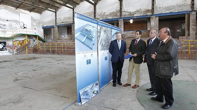 El alcalde de Córdoba, José Antonio Nieto, visita el Pabellón de la Juventud