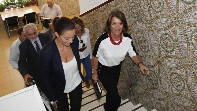 A la derecha, la delegada de Educación de la Junta en Córdoba, Manuela Gómez