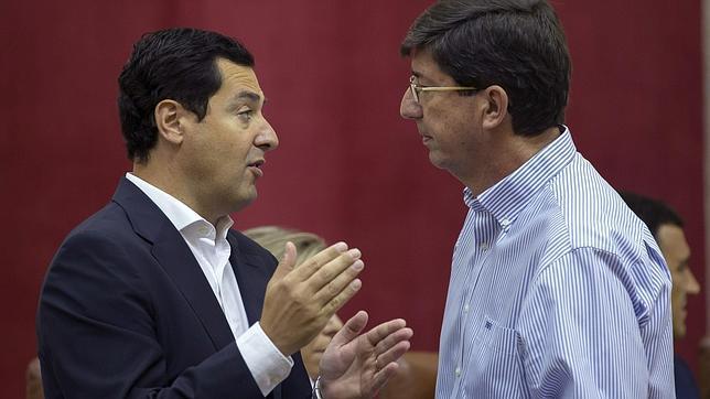 Juanma Moreno, del PP y Juan Marín, de C´s, en el Parlamento