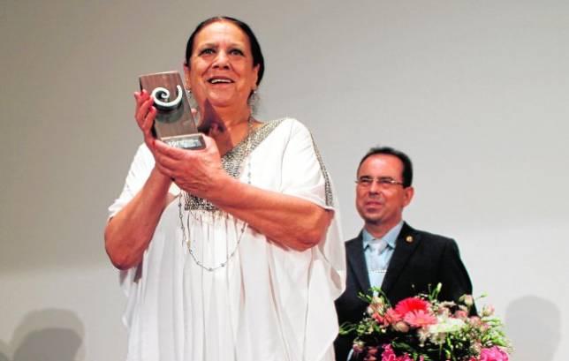 La actriz Terele Pávez muestra emocionada el premio