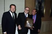Manuel Ramírez Fernández de Córdoba, ganador de la II edición del «Joaquín Romero Murube», con el alcalde de Sevilla, Alfredo Sánchez Monteseirín y el torero Curro Romero