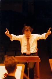 La imagen de Teslia dirigiendo a la Orquesta de Cámara de la Ross no se repetirá. ABC