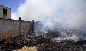 Declarado un incendio de pastos en Camas cerca de un almacén de bombonas de butano