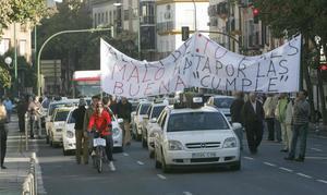 Los taxistas volverán a colapsar Sevilla el lunes durante todo el día. RAÚL DOBLADO