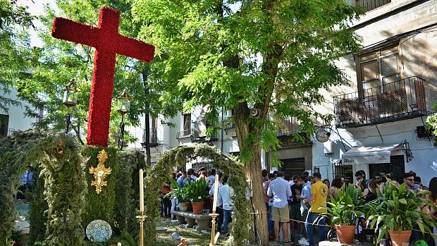 Cruz de Plaza Larga, en el Albaicín, donde se han congregado para beber miles de jóvenes