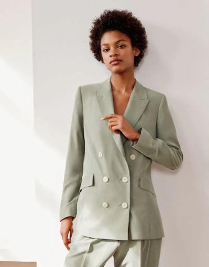 Con color caqui claro, esta espectacular blazer de Mango (59,95 euros) puede ser combinada con todo tipo de prendas