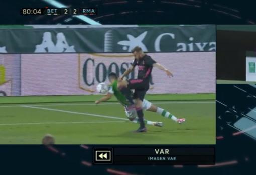 La jugada del penalti pitado a Bartra en la acción con Borja Mayoral en el Betis - Madrid