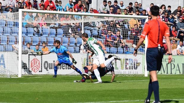 Xisco Jiménez, capitán del Córdoba CF, una acción previa a marcar el 0-1 en Huesca