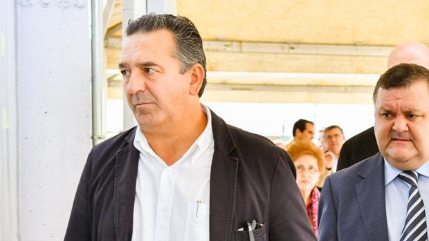 El exdirector junto al delegado de Agricultura