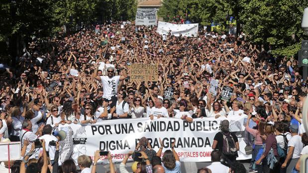 Una de las primeras manifestaciones de la marea blanca andaluza tuvo lugar en Granada
