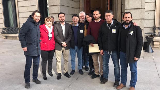 Iglesias y Garzón junto a los vecinos y representantes locales de IU y Podemos
