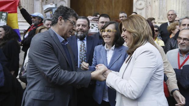 Diego Valderas saluda a la presidenta Susana Díaz tras la aprobación parlamentaria de la Ley de Memoria el pasado mes de marzo