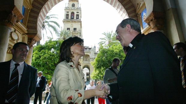 Carmen Calvo estrecha la mano del entonces obispo de Córdoba, en 2006