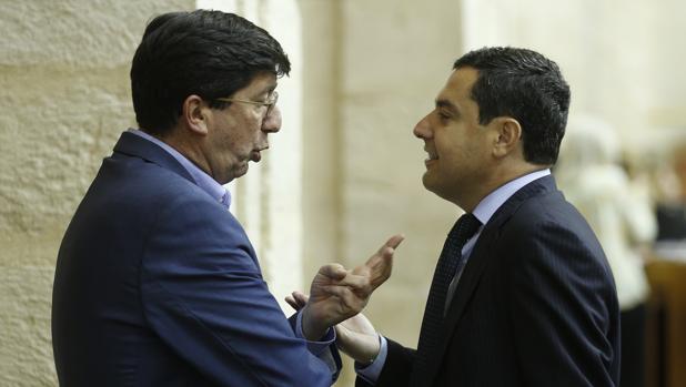 Juan Marín y Juanma Moreno conversan en el Salón de Plenos