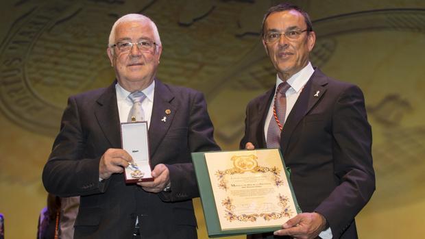 Abel Moreno, a la izquierda, recibiendo la medalla de oro de la provincia de Huelva