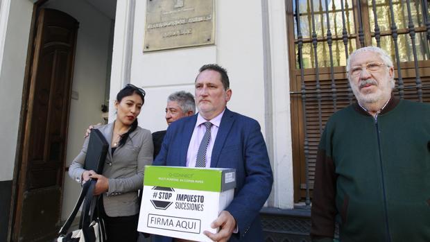 Stop Impuesto Sucesiones entrega firmas para quitar el tributo ante el Defensor del Pueblo Andaluz
