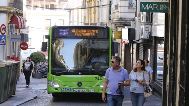 Un autobús de Aucorsa de la línea 3 sube hacia Las Tendillas