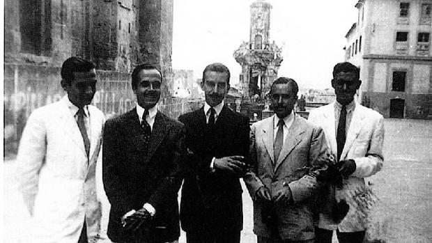 García Baena, rodeado de amigos y poetas junto a la Catedral en la década de los 50 del siglo pasado