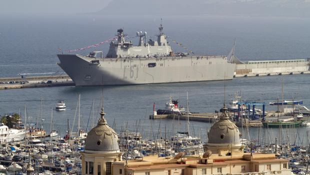 """El portaaeronaves """"Juan Carlos I», atracado en el puerto de AlicAnte en 2012"""