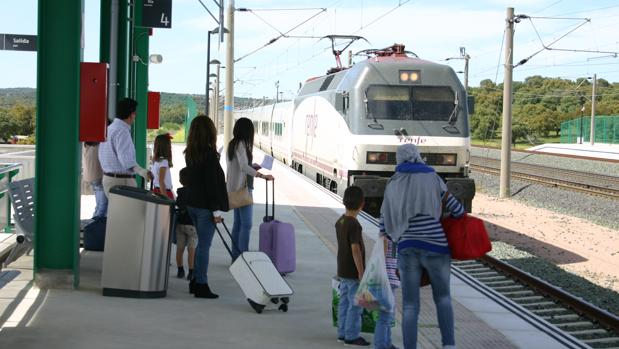 Varias personas esperan al AVE en las vías de Córdoba