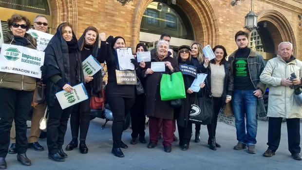 Concentración de afectados por el impuesto de sucesiones, el pasado jueves ante la Agencia Tributaria de Sevilla