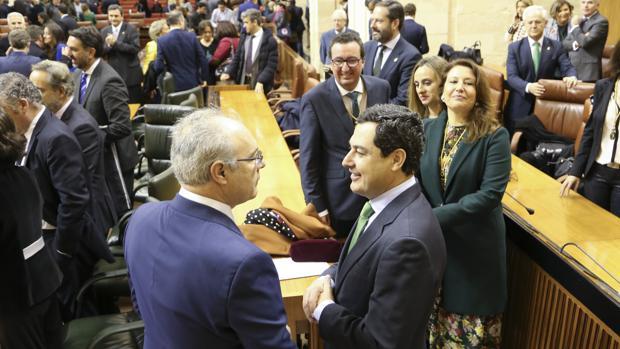El líder del PP-A Juanma Moreno, a la derecha, charla con el presidente del Parlamento andaluz