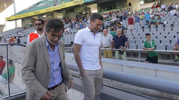 Carlos González, izquierda, sonríe, junto a Luis Carrión, en su última aparición pública en un partido