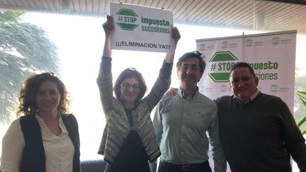 Maite Pagazaurtundúa, Manuel Vicente, Juan Carlos Valverde, entre otros, en su reunión en La Línea