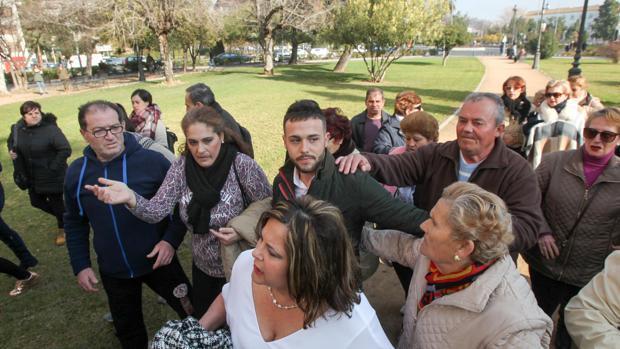 Ángeles Muñoz delante de Cristian Menacho a la entrada a los juzgados
