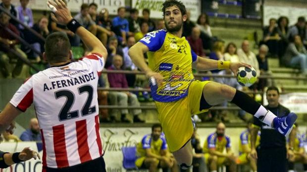 El lateral derecho André Amorim lanza a portería