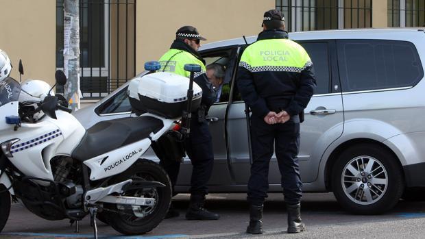 Una pareja de agentes de la Policía Local de Córdoba