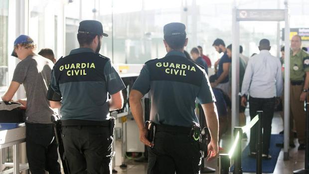 Guardia Civil en un servicio en un aeropuerto