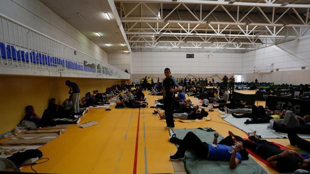 Inmigrantes acogidos en el polideportivo de Tarifa