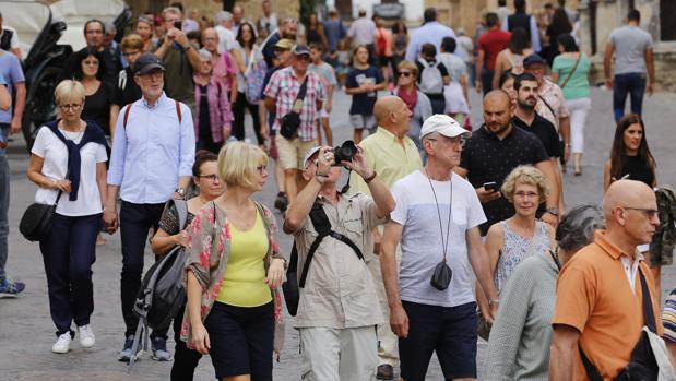 Turistas paseando en el entorno de la Mezquita-Catedral