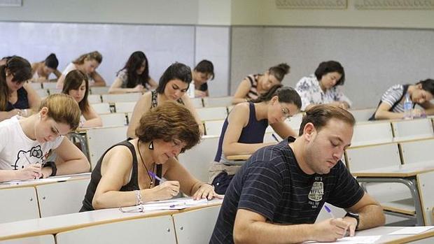 Opositores durante la celebración de un examen