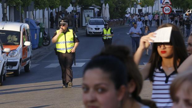 Agentes de la Policía Local velando por la seguridad de una procesión de Semana Santa en Córdoba