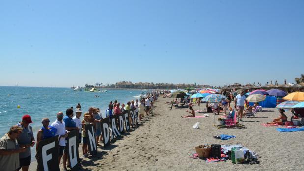 Imagen parcial de la cadena humana en la playa de Torreguadiaro, en San Roque.