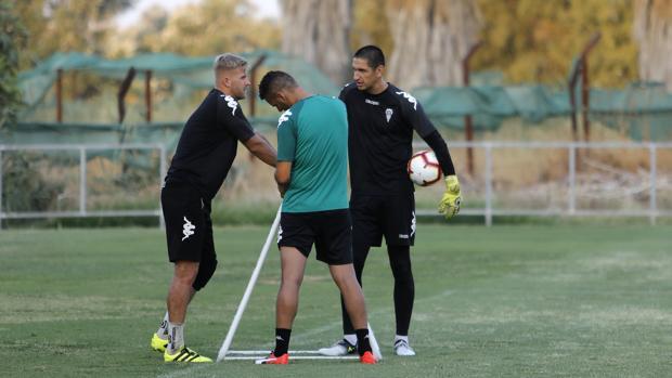 Stefanovic, en el entrenamiento de ayer, junto a Kieszek
