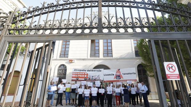 Protesta de trabajadores de Tanatorios de Córdoba en la Gerencia de Urbanismo