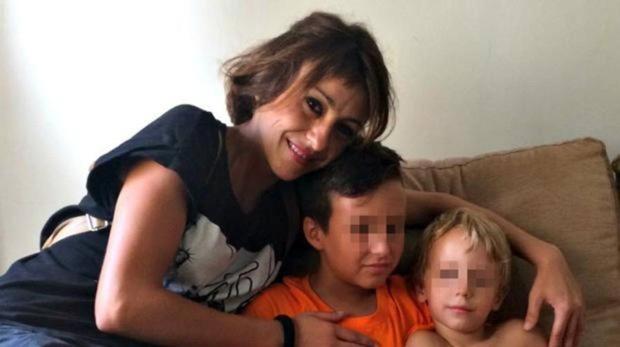 Juana Rivas, la madre de Granada, con sus dos hijos.