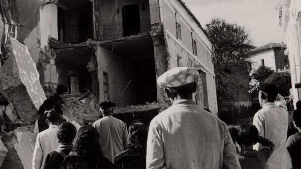Vecinos miran una de las casas afectadas por el bombardeo en 1938